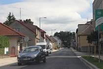 Řidiči opět ve Žďáře projíždějí Smetanovou ulicí. Ta od května dostávala nový povrch, předtím byly pod vozovkou zrekonstruovány vodovodní a kanalizační rozvody.
