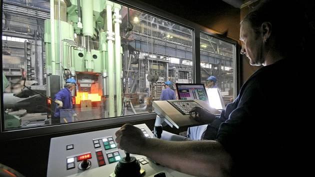 Nový kovací soubor se dal včera oficiálně do práce ve strojírenské firmě Žďas. Firma jej po velké investici vyvinula úplně sama. Pouze na základy si objednala dodavatele.