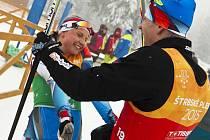 Novoměstský závodník Jan Šrail si užívá první chvíle radosti se svou týmovou kolegyní Karolínou Grohovou. Českou finišmanku sprinterského smíšeného závodu dvojic porazily pouze dvě lyžařky z Ruska. Česká výprava tak mohla slavit první medaili.