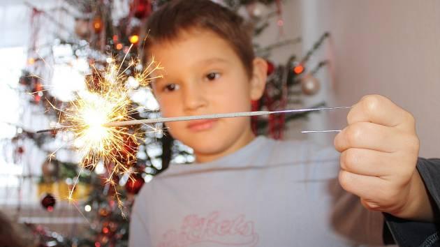Petardy, dělobuchy a další zábavní pyrotechniku v těchto dnech pro  silvestrovské oslavy nakupují lidé v kamenných i internetových obchodech.