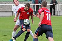 Fotbalisté Slavoje Polná (v červených dresech) chtějí před svými fanoušky naplno bodovat. Zachraňující se Bystřici prý nic nedarují.