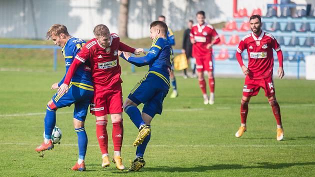 V posledním utkání letošního ročníku MSFL před jejím přerušením se v krajském derby utkali fotbalisté Velkého Meziříčí (v červeném) a juniorky Jihlavy (v modrém).