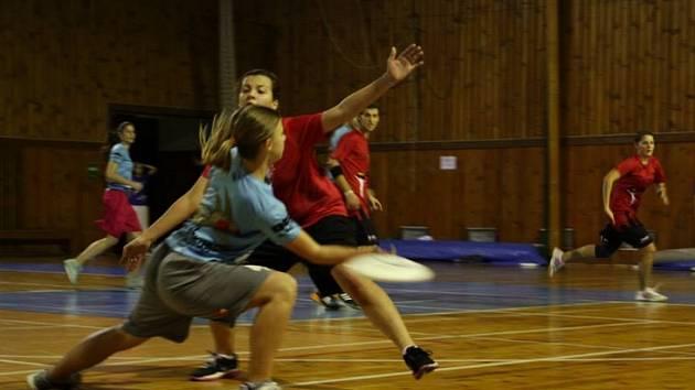 Šanci vidět netradiční sport Ultimate frisbee mají všichni ti, kteří zavítají o víkendu do tělocvičny na žďárských Bouchalkách.