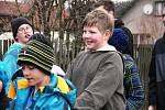 Zvony v Branišově nahradily děti s hrkacími trakaři