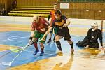 Florbalisté Žďáru (v černém) vedou nad Horní Suchou (v červeném) 2:0 na zápasy.