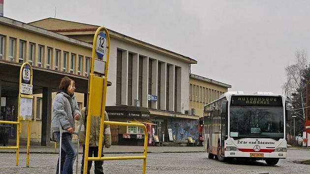 Autobusové a vlakové nádraží ve Žďáře nad Sázavou.