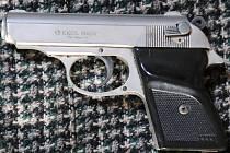 Několikrát soudně trestaný třicetiletý recidivista obsluze čerpací stanice vyhrožoval plynovou pistolí, kterou u něj policisté po zadržení zajistili.