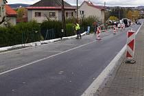 Na silnici I/19 na okraji obce Hamry nad Sázavou staví dělníci opěrnou zeď.