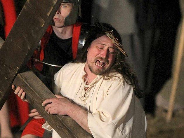 Premiéra tradiční pašijové hry Co se stalo s Ježíšem?se v letošním roce v areálu na Libušíně uskuteční v úterý 22. března ve 20 hodin.