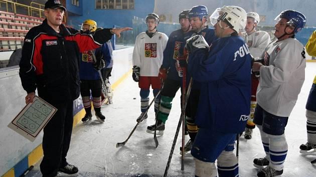 Výběr nejlepších hokejistů hostí již několik dní Žďár nad Sázavou. Nejde však o profesionály, které znáte z televizních přenosů. V práci nosí uniformu a zbraň – jsou to policisté.