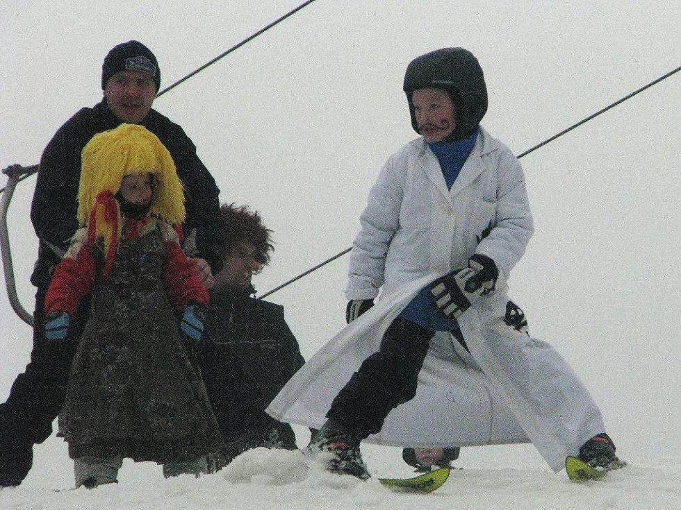 Sezona je u konce, lyžaři v maskách brázdili kopec