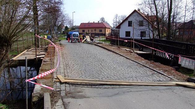 Historický most ve žďárské ulici Dvorská prochází od počátku dubna rekonstrukcí. Ta spočívá ve výměně parapetních desek a zdiva.