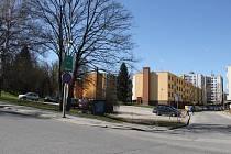 Plocha sloužící jako parkoviště by se mohla v příštím roce změnit ve staveniště. Radnice do tohoto místa počítá s bytovým domem pro seniory.