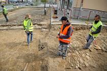 Archeologové provádějí výzkum na dolním konci náměstí Republiky.