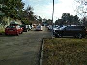Plné je i parkoviště v nedaleké poliklinice na Lesné.