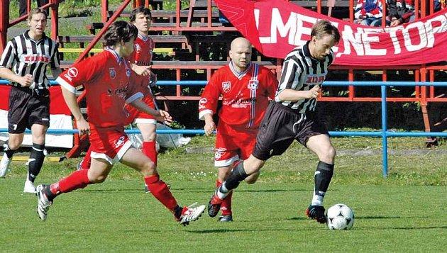 Žďárským fotbalistům pomohl v Hartvíkovicích k vítězství dvěma góly Vojtěch Zedníček (v pruhovaném).