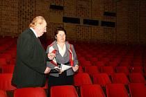 Žďárská místostarostka Dagmar Zvěřinová jednala s vedoucím kina Vysočina Zdeňkem Šustrem o rekonstrukci tohoto kulturního zařízení.