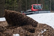 Práce na zakrývání sněhového zásobníku v Novém Městě na Moravě.