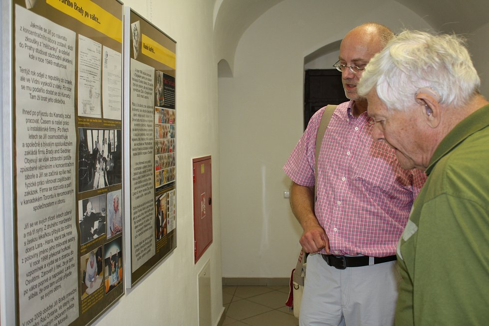 Jiří Brady při návštěvě výstavy Zmařené osudy, kterou inicioval tehdejší ředitel novoměstského domu dětí a kultury Lubomír Šula.