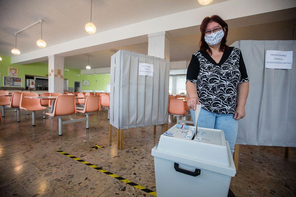 Druhé kolo senátních voleb ve volební místnosti ve Velkém Meziříčí.