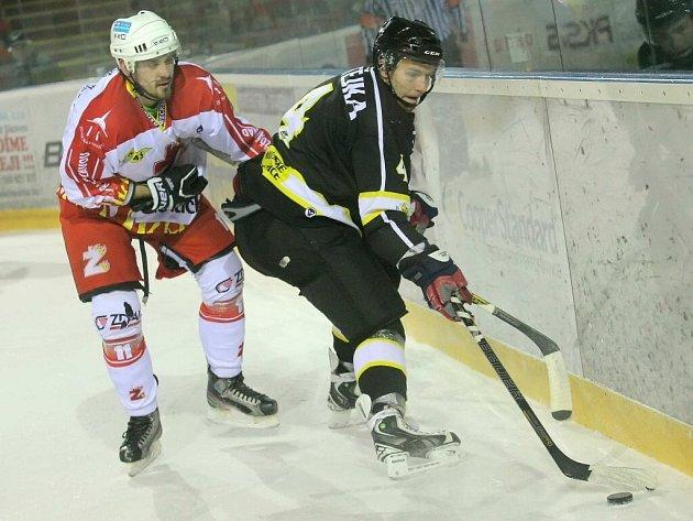 Hokejisté Moravských Budějovic (v černém) slaví první tříbodové vítězství v novém roce.