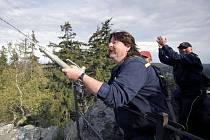 Nejvyšší vrchol Žďárských vrchů Devět skal leží v nadmořské výšce 836 metrů. Za cíl svého rekordu si ho vybrali hasiči, kteří na skálu dopravili vodu jen pomocí hadic až ze 62 kilometrů vzdálených Dolních Louček na Tišnovsku.