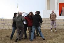 Desítky amatérských herců nacvičovaly v neděli v parku ve žďárském sídlišti Libušín pašijovou hru.