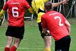 Sobotní výhru Bohdalova (ve žlutém) 2:1 ve Stonařově (v červeném) okořenily dvě červené karty pro domácí borce.