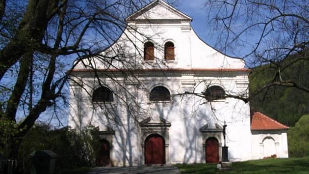 Do současné podoby byl kostel rozšířen v sedmdesátých letech 17. století, kdy byla loď protažena na dnešní délku a přistavěno šířkově disponované průčelí vyzdobené ranně barokními portály.