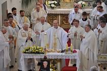 BOHOSLUŽBA ZA ZESNULÉHO. V moraveckém kostele Nalezení sv. Kříže mši celebroval pomocný biskup českobudějovický Pavel Posád.