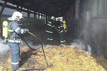 Požár slámy v kravíně v Nových Dvorech.