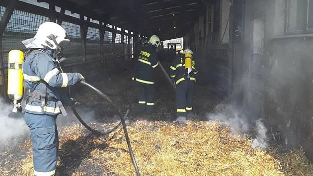 Požár slámy v kravíně likvidovalo osm jednotek hasičů