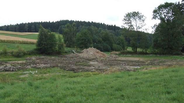 Do odbahnění rybníku Polňák se pustili v obci Dlouhé. Součástí stavby bude vytvoření několika vodních tůní, takže vzniknou příznivé podmínky pro koupání.