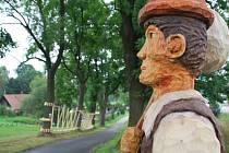 Z jedné strany alej v Lužánkách zdobí dřevěné postavy pohádkových bytostí, jako je třeba princezna, čert, polednice, hloupý Honza, trpaslík či bílá paní, z druhé zase nízké lanové prvky instalované mezi stromy a další atrakce pro děti.