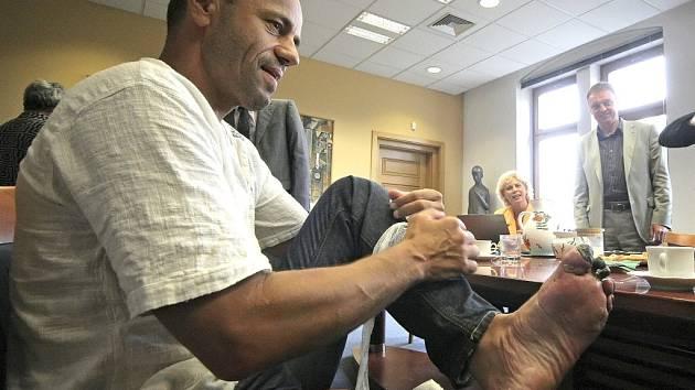 Radek Jaroš ukázal po návratu z Annapurny omrzliny na levé noze. O jeden článek na prostředníčku a ukazováčku přišel minulý týden. Včerejší vyšetření ale potěšující zprávy nepřineslo. Horolezce v listopadu čeká další operace.