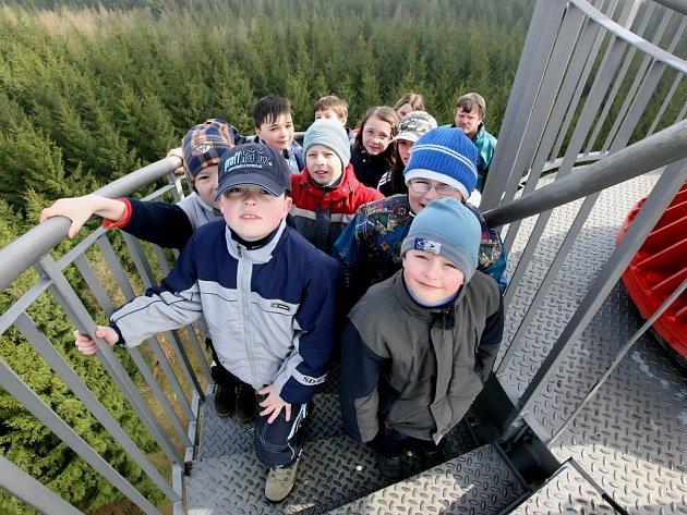 Malí pořadatelé. Zahájení jarní turistické sezony na rozhledně Rosička pořádali už šestým rokem členové turistického oddílu mládeže Tuláci Žďár nad Sázavou.