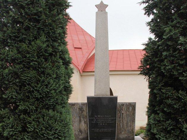 Hrob rudoarmějců bude přemístěn na sousední nové pohřebiště.