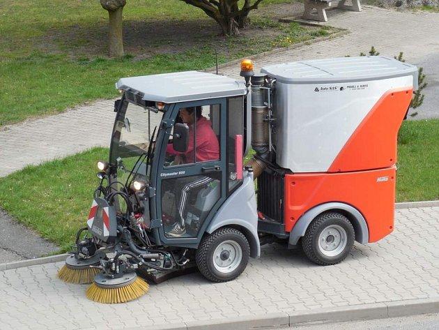 Městys Vojnův Městec využívá stroj Hako Citymaster 600 na zametání chodníků.