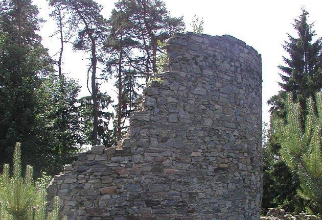 Zbytky kdysi pevného hradu dodnes připomínají jeho zašlou slávu.