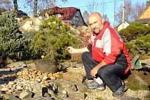 Majitel soukromé Japonské kamenné zahrady ve Sněžném Pavel Šimek pracuje jako ředitel malotřídní školy. Duševně náročnou práci vyrovnává fyzickou námahou mezi bonsajemi.