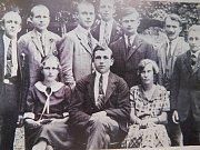 Skupinka mládeže z Bystřice nad Pernštejnem, které byly sympatické myšlenky komunistického učení, v roce 1928 před objektivem fotografa.