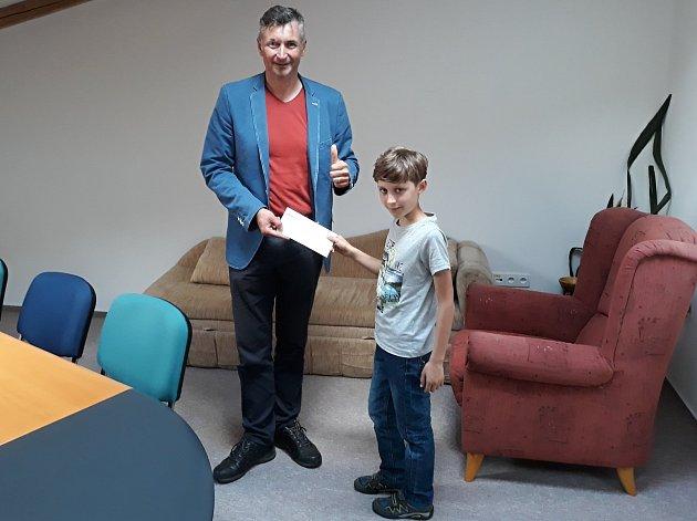 Desetiletý školák Dan z Nového Města na Moravě přišel řediteli Domácího hospicu Vysočina předat deset tisíc korun na nákup nového auta.