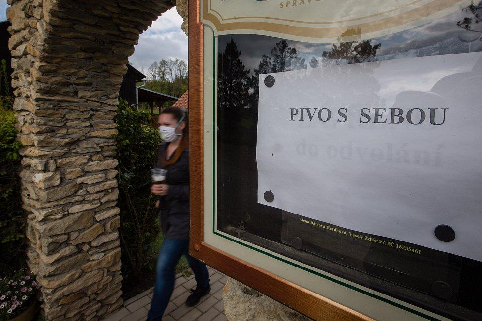 Prodej z okénka Pelestrovské hospůdky při koronavirových opatřeních.