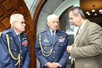 Nositeli Řádu Bílého lva jsou i bývalí letci RAF z 2. světové války – plukovník Imrich Gablech z Havlíčkova Brodu (vlevo) a plukovník Emil Boček z Brna (uprostřed) – na snímku společně s poslancem Karlem Černým (vpravo).