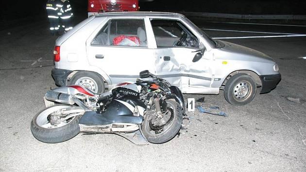 Motorkáře srazil ve Velkém Meziříčí řidič Škody Felicia, který vyjížděl od benzinové čerpací stanice.