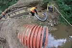 Nejdříve dělníci museli odčerpat vodu, potom se již pustili do betonáže patek pilířů mostu.