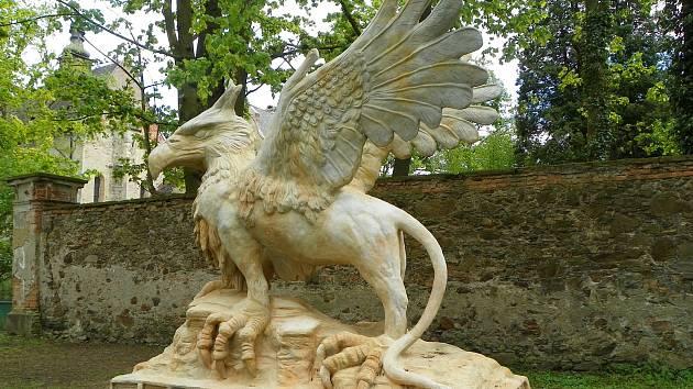 Socha grifa od Michala Olšiaka u pohledského zámku. Jeho sochy lidé buď milují nebo nenávidí, ale pro turistiku je to lákadlo.