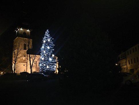 Vánoční strom byl zatím rozsvícen pouze na zkoušku.