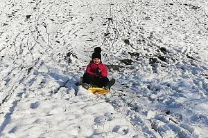 Školáci i děti z křídelské školky si letos užívají zimní radovánky.
