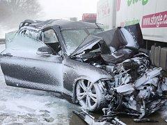 Na 117. kilometru dálnice D1 ve směru na Prahu došlo včera před polednem k hromadné dopravní nehodě několika desítek nákladních a osobních aut.